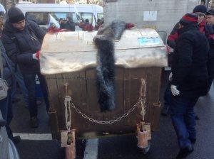 Активисты «Финансового майдана» собираются посадить в мусорный бак главу НБУ