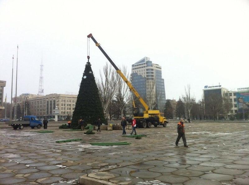 В Запорожье уже установили главную новогоднюю елку