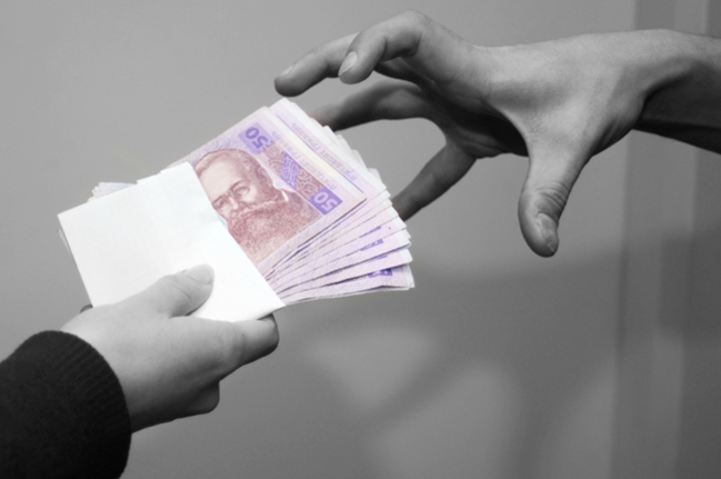 Запорожский чиновник отсидит пять лет за взятку