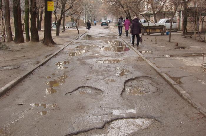 Запорожские коммунальщики не спешат браться за масштабный ремонт дорог