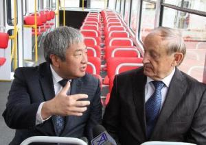 Син не хочет дешево пиариться и ездить на троллейбусе