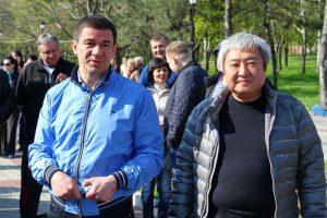 В Запорожье мэр и губернатор вышли на уборку  парка