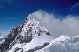 Лавина на Эвересте погребла под собой 61 альпиниста