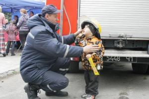 В центральном парке Запорожья спасатели развлекали детей