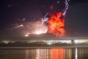 Вулкан Кальбуко поднял пепел на высоту десять тысяч метров