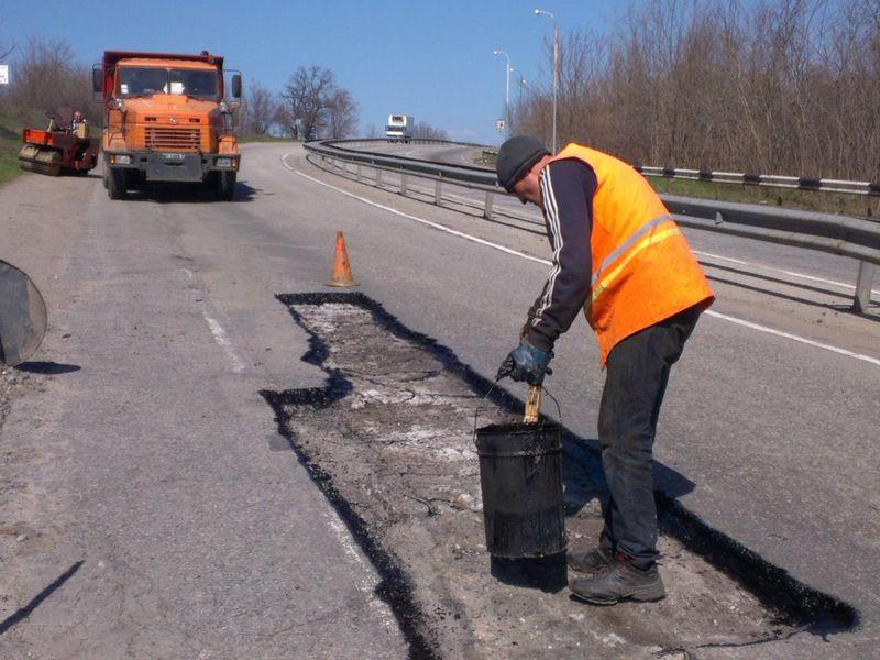 Запорожские дорожники рапортуют о залатанных ямах на дорогах