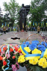 Запорожцы почтили память жертв войны у «Скорбящей матери»