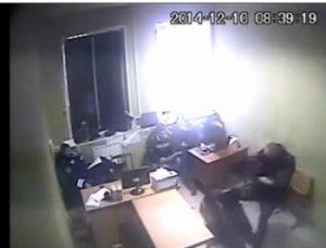 Милиционер - участник скандального видео об избиении подозреваемого - ожидает суда