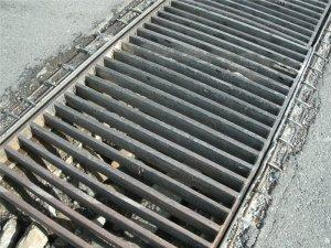 Сливные решетки с городских дорог вор сдавал, как лом