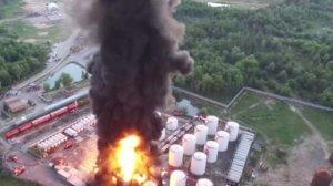 Рядом с полыхающей нефтебазой находится военный аэродром