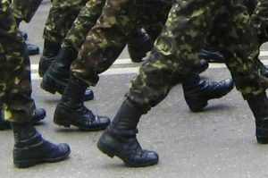 Кабмин повысил выплату военным контрактникам