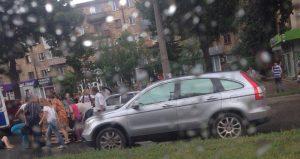 В Запорожье в центре города иномарка сбила двух девочек