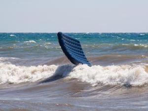 В Приморске отдыхающих унесло в море на матрасе