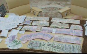 У запорожского предпринимателя  фискалы при обыске изъяли крупную сумму денег