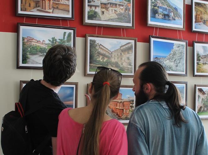 В Запорожье продадут фотовыставку, чтобы вывезти сирот на море