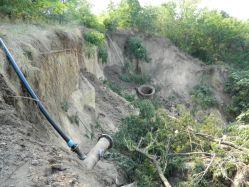 В обход разрушенного коллектора тянут 200 метров водовода