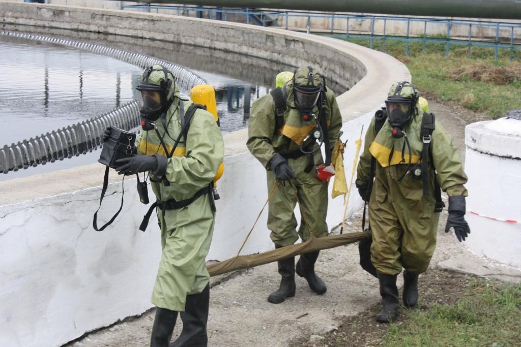 Запорожские спасатели учились ликвидировать утечку хлора в городе