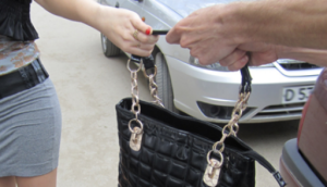 В Запорожье молодую женщину ограбил таксист