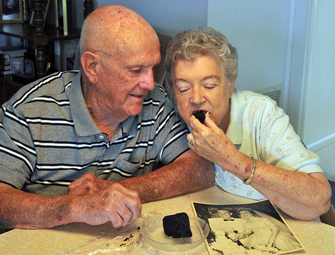 Американская пара на протяжении 60 лет не может доесть свадебный торт
