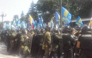 Конфликт под Радой: в милицию летят дымовые шашки, протестующих бьют дубинками