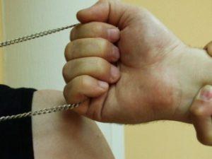 Грабеж средь бела дня – мошенники сорвали золотую цепочку с крестиком