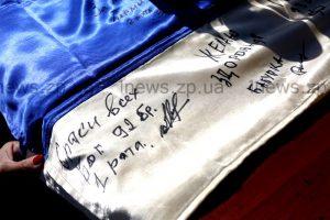 Запорожцам продают флаги, подписанные «укропами»
