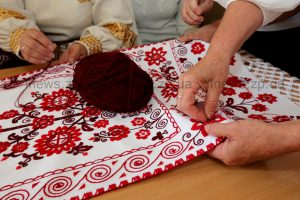 Создавая оберег Украины запорожские вышивальщицы молились о мире