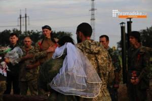 Венчание в окопе: молодую пару благословил командир запорожского батальона