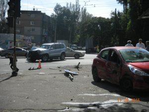 ДТП в Запорожье: после удара иномарка снесла светофор и протаранила киоск