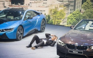 Опубликовано видео с главой BMW, потерявшим сознание на открытии автосалона