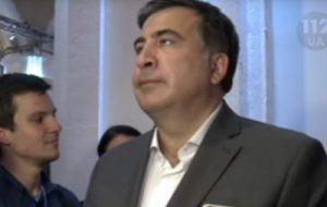 В сети появилось видео с Саакашвили, который прервал интервью ради гимна Украины