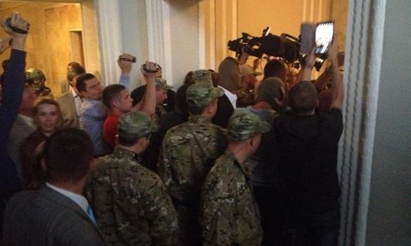 В сети появились фото, как Госохрана выводит Мосийчука из Рады