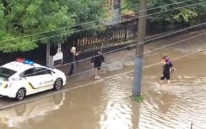 Львовянин снял на видео, как полицейские спасают пассажиров маршрутки