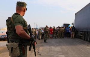 В сети появилось свежее видео блокады Крыма: грузовики возвращаются на материк