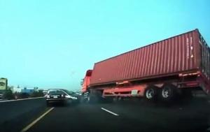 В сеть выложили видео с огромной фурой, падающей на легковое авто