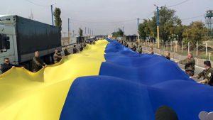 На границе с Крымом активисты развернули огромный флаг Украины: опубликовано видео