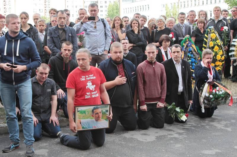 В Беларуси на коленях прощались с бойцом АТО, скончавшегося в больнице Запорожья