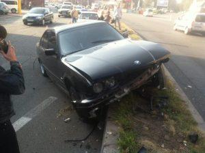 Очередная авария на дамбе: женщина на BMW врезалась в бетонное ограждение