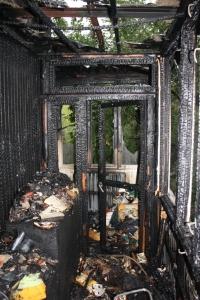 Запорожские спасатели вывели из горящей квартиры женщину