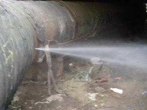 Под запорожской дамбой прорвало трубы