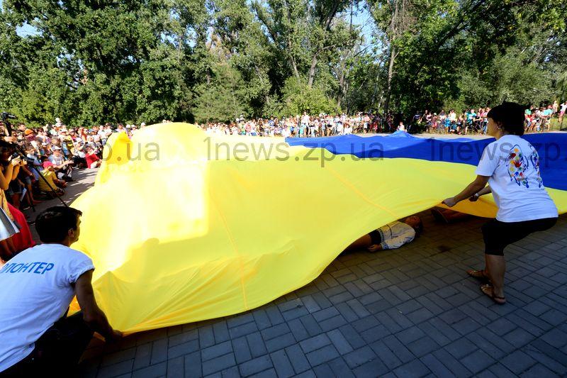 Цифра дня: 16х20 метров – самый большой «танцующий» флаг в Запорожье