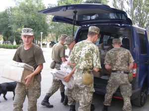 Запорожцы передали периодику солдатам в зону АТО