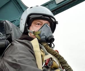 Президент выложил в сеть фото, сделанное в кабине запорожского истребителя