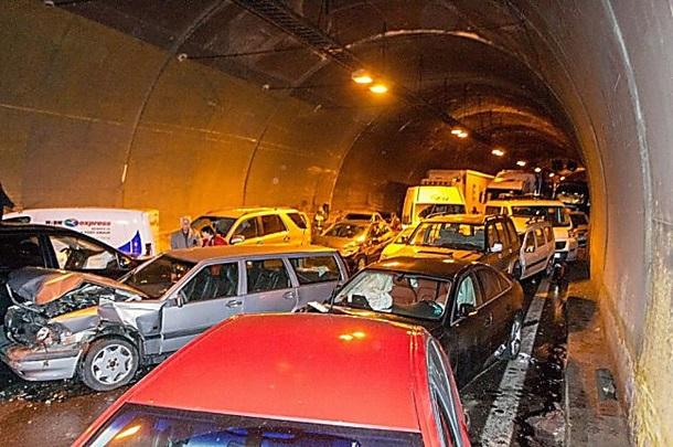 В ДТП в Болгарии попали сразу 50 автомобилей: опубликованы фото