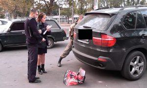 В сеть выложили видео задержания военного с гранатой