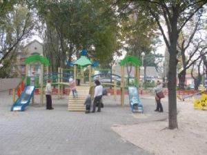 В одном из районов Запорожья появилась новая детская площадка
