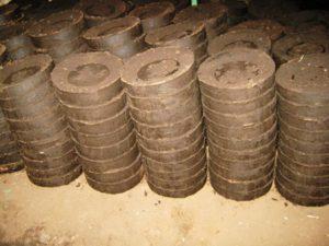 Запорожские осужденные производят топливные брикеты