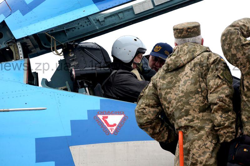 Президент выложил в сеть видео о том, как летал на истребителе над Запорожьем