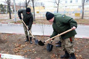 На Уральских казармах высадили деревья в память о погибших солдатах