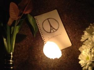 Теракты в Париже: киевляне с ночи несут цветы к посольству Франции